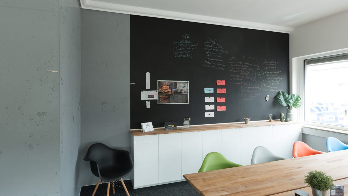 Raumgestaltung Hannover Betonoptik LED Lichttechnik Stuckdecor Tafellack Magnetwand