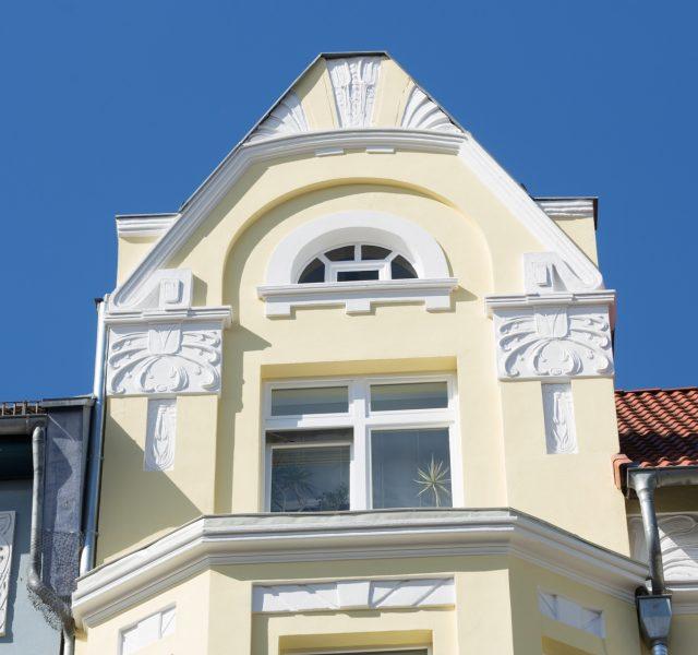 Alte Fassade sanieren Stilfassade Altbausanierung Hannover Keim Farben Gelb