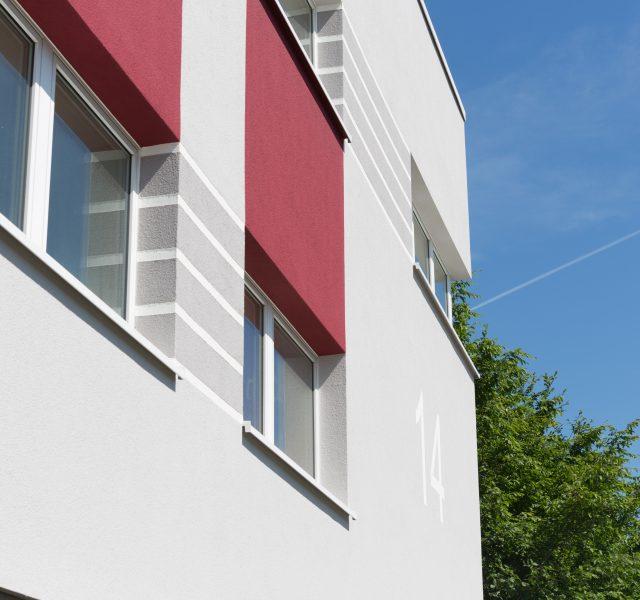 Waermedaemmung hannover fassade gestaltung rubinrot streifen grau weiß