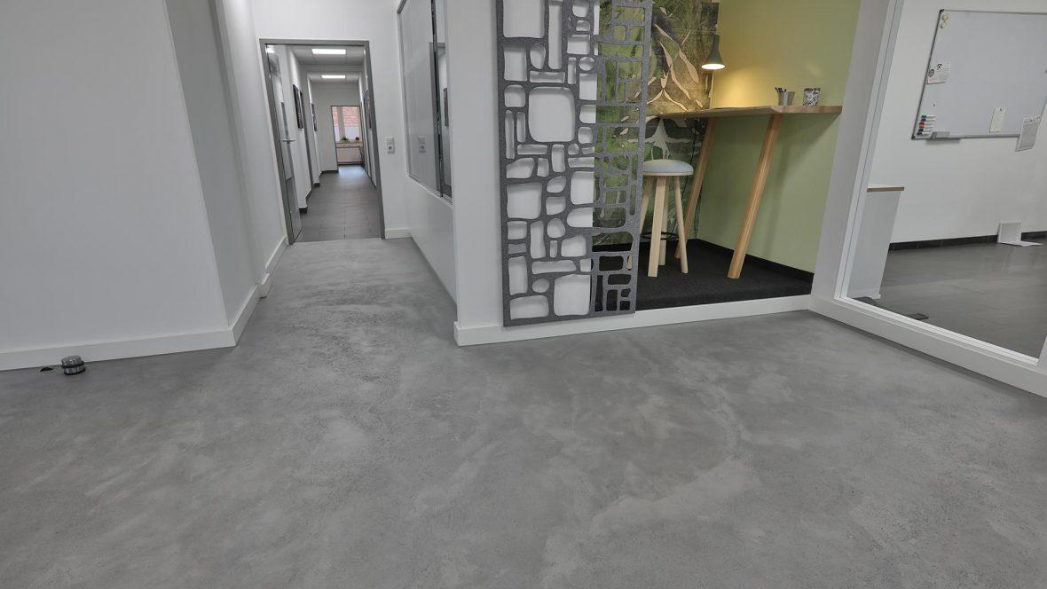 Fugenloser Betonoptikboden und Designtapeten Lieblingsmaler HEYSE Hannover